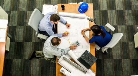 foto de equipo trabajando en proyecto